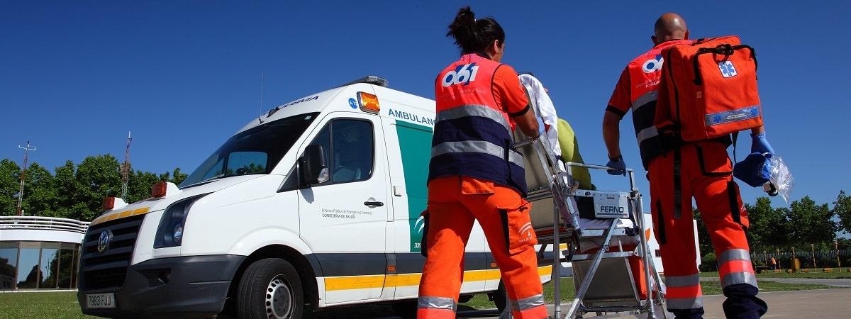 Personal de emergencia llegando a ambulancia